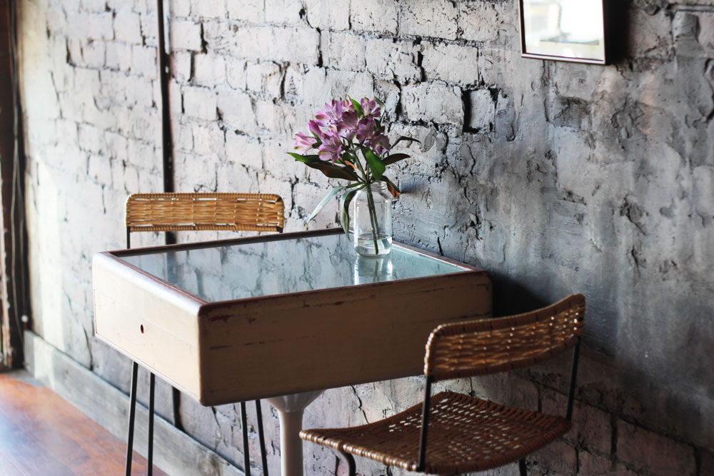 table-chairs-flowers